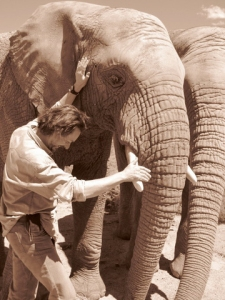 Jeremy Crutchley con elefante